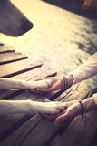 Geste des pattes du chien et de mains de l'homme de l'amitié Photo stock