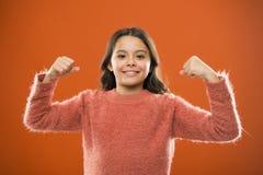 Geste mignon de biceps d'exposition de fille d'enfant de puissance et de force Sentez-vous si puissant Concept de règles de fille photo stock