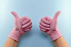 Geste, museau, avec un pouce enfil? de gants  images libres de droits