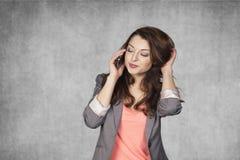 Geste sensuel pendant une conversation téléphonique Photographie stock libre de droits