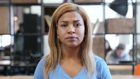 Geste von ja, Kopf rüttelnd, schwarze Frauen-Porträt stock footage