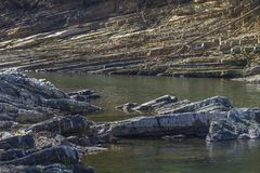 Gesteinsschichten entlang Gebirgsgabel-Fluss, Oklahoma Lizenzfreie Stockfotos