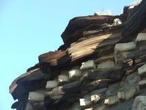 Gesteinsschichtenschichten einer Klippe in Großbritannien Lizenzfreies Stockfoto