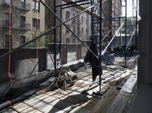 Gestell aus Gebäude heraus Stockbild
