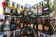 Gestell mit populärem Alkohol der leeren flachen Andenkens trinkt Flaschen Lizenzfreie Stockbilder