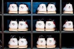 Gestell mit Schuhen für rollende verschiedene Größen Stockfotos