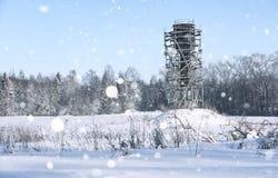 Gestell um den Wasserturm auf dem Gebiet vor Wald in s Lizenzfreie Stockbilder