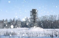 Gestell um den Wasserturm auf dem Gebiet vor Wald in s Lizenzfreie Stockfotografie
