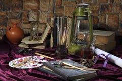 Gestell und brushs auf dem Desktop Retro- stilisiertes Foto Selektiver Fokus Stockfotos