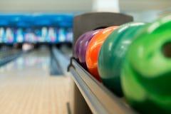 Gestell von bunten Bällen an einer Bowlingbahn Stockbilder