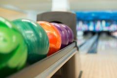 Gestell von bunten Bällen an einer Bowlingbahn Lizenzfreie Stockbilder