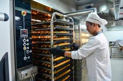 Gestelle des frisch gebackenen Brotes lizenzfreie stockfotografie