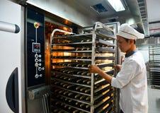 Gestelle des frisch gebackenen Brotes stockfotografie