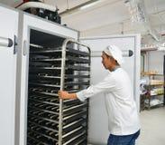 Gestelle des frisch gebackenen Brotes lizenzfreies stockfoto