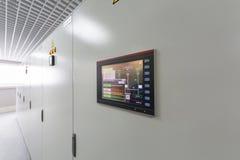 Gestelle mit Ausrüstung für Telekommunikation. lizenzfreies stockfoto