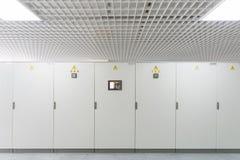 Gestelle mit Ausrüstung für Telekommunikation. lizenzfreie stockfotos