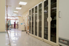 Gestelle mit Medikamenten in einem Krankenhauskorridor Lizenzfreie Stockbilder