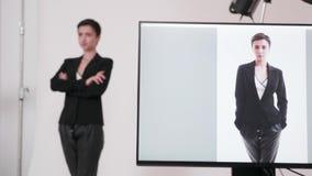 Gestellfokus vom Monitor mit begrenzter Verbindung zum Modell stock video footage