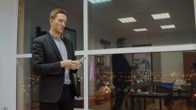 Gestellt Geschäftsmann, der Geldstapel rüttelt und glücklich sich fühlt, weil reich zufrieden stock video footage