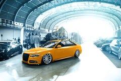 Gestemd Audi S4 met gele fiets Royalty-vrije Stock Fotografie