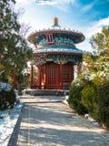 Gestemd beeld van traditioneel Chinees paviljoen die zich in Peking dichtbij de Verboden Stad in de winter tegen de blauwe hemel  stock afbeelding