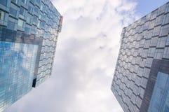 Gestemd beeld van twee moderne bureaugebouwen, onderkantmening Royalty-vrije Stock Afbeelding