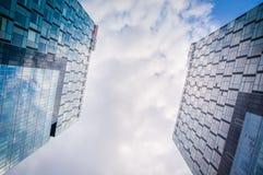 Gestemd beeld van twee moderne bureaugebouwen, onderkantmening Royalty-vrije Stock Foto