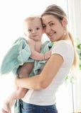 Gestemd portret van gelukkige moeder die haar babyjongen omvat in B koesteren Royalty-vrije Stock Fotografie