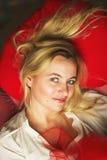 Gestemd portret van het mooie jonge maniervrouw glimlachen Stock Afbeeldingen