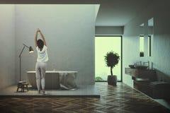 Gestemde binnenland van de zolder het grijze badkamers Stock Afbeeldingen