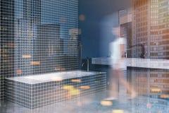Gestemde hoek van de zolder de zwarte badkamers Royalty-vrije Stock Foto's