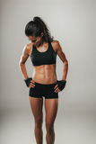 Gestemde sterke jonge vrouw in sportkleding Royalty-vrije Stock Foto