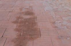 Gestempelter Pflasterungsauftritt des konkreten Bodens im Freien des Natursteins, naß und feucht stockfotos