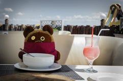 gestenigde Tedy draagt de cocktailwinni van het de zomerstrand pooh Royalty-vrije Stock Foto's