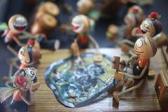 Gestes en bois thaïlandais traditionnels d'exposition de poupée, musique de jeu, tambours battus, fond en pastel images libres de droits