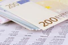 Gestión de la carta del gráfico con los billetes de banco euro Imagen de archivo libre de regalías