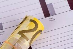 Gestión de la carta del gráfico con los billetes de banco euro Fotos de archivo libres de regalías