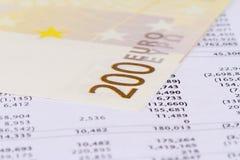 Gestión de la carta del gráfico con los billetes de banco euro Imágenes de archivo libres de regalías