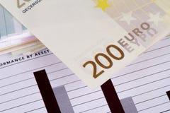 Gestión de la carta del gráfico con los billetes de banco euro Foto de archivo