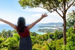 Gesti felici turistici della donna sull'alta vista scenica fotografia stock libera da diritti