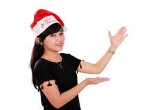 Gesti sorridenti di presentazione della ragazza di Natale Immagini Stock Libere da Diritti