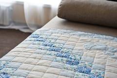 Gestickt durch dunkelblaues und Weiß kopiert eine unzusammenhängende Decke 29 Stockfoto
