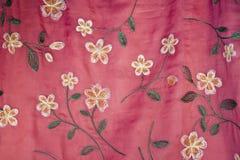 Gestickte Blumen auf rosafarbener Seide Lizenzfreie Stockfotografie