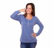 Gesticular bonito da mulher chama-me sinal com mão Fotografia de Stock Royalty Free