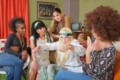 Gesticular envelhecido sênior da hippie imagem de stock royalty free