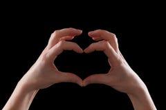 Gesticule, jovem mulher das mãos que mostra o símbolo do coração e do amor foto de stock