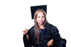 Gesticulerend meisje in graduatiekleding op wit Royalty-vrije Stock Foto