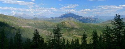 "Gestikt panorama De zomermening van de bergpas Olchan Oymyakon, Yakutia Тhe Federale weg 'KolymaÂ"" P504 stock fotografie"