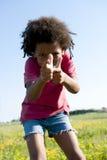 Gestikulieren des kleinen Jungen stockfotografie
