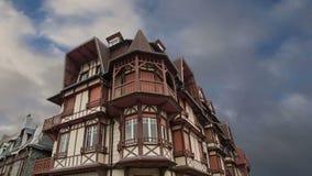 Gestileerd helft-betimmerd huis Etretat, Frankrijk stock video